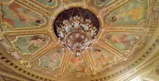 Teto e candelabro no teatro acadêmico do estado de Lviv de Opera e do bailado imagem de stock