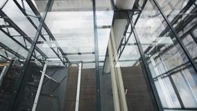 Teto moderno do detalhe-vidro da arquitetura no prédio de escritórios tiro do steadicam filme