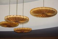 Teto moderno do projeto da forma Candelabros da forma redonda com estofamento da tela do ouro Foto de Stock
