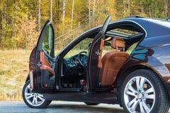 Teto-solar automobilístico do xxl do sedan luxuoso alemão, interiores ornamento vermelho/marrom, cromados de couro, carro individ Imagem de Stock