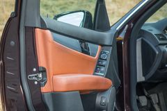 Teto-solar automobilístico do xxl do sedan luxuoso alemão, interiores ornamento vermelho/marrom, cromados de couro, carro individ Imagem de Stock Royalty Free