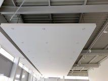 Teto suspendido branco com projetores do diodo emissor de luz showroom imagem de stock