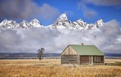 Teton与Moulton谷仓的山脉 免版税库存照片
