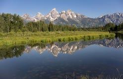 Teton范围被反射的光滑的水大提顿峰的国家公园 免版税图库摄影