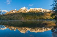 Teton Autumn Reflection dans le lac string photos libres de droits