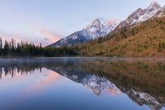 Teton Autumn Sunrise au lac string image stock