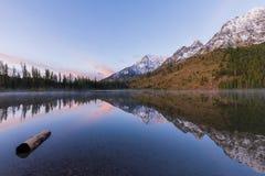 Teton Autumn Sunrise Reflection au lac string images stock