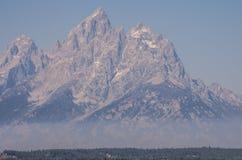 Teton grande aumenta acima da névoa da manhã foto de stock