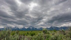 Teton grande - nuvens de chuva sobre planos do salgueiro vídeos de arquivo
