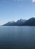 Tetons über dem See Stockfoto