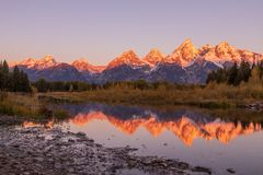 Tetons Autumn Sunrise Scenic Reflection Arkivbild