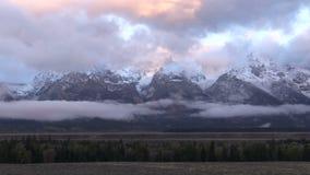 Tetons e le nuvole all'alba zummano video d archivio