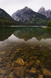 Tetons grand reflété dans l'eau Image stock