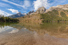 Tetons s'est reflété dans le lac string photo stock