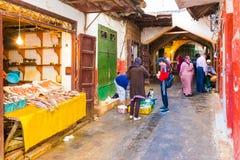TETOUAN, MARROCOS - 4 de outubro de 2018, mercado do alimento da cidade velha de Tetouan o 4 de outubro de 2018, Marrocos fotos de stock