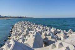 Tetra-Hülsen oder konkrete Wellenbrecherblöcke bei Tomis, Constanta-Hafen Stockfotografie