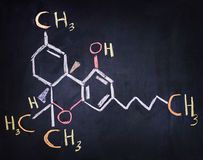 Tetrahydro-cannabinolo & x28; THC& x29; formula scritta su un bordo nero Immagine Stock