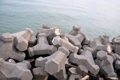 Tetrapode del frangiflutti della spiaggia con i blocchi in calcestruzzo Fotografie Stock Libere da Diritti