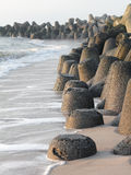 Tetrapods gjorde av betong skyddar kusten av Sylt Arkivbild