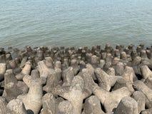 Tetrapods, prevenção da erosão litoral, skyline de Mumbai fotos de stock
