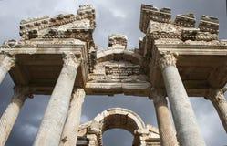Tetrapylon σε ένα λιβάδι άνοιξη, καταστροφές Aphrodisias, Τουρκία Στοκ Φωτογραφία