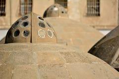 Tetti antichi rotondi dei bagni pubblici in Baku Old City, all'interno della capitale dell'Azerbaigian Immagini Stock