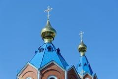 Tetti blu della chiesa ortodossa russa contro chiaro cielo blu Cattedrale della nostra signora di Kazan immagini stock