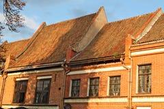 Tetti coperti di mattonelle rosse su Hall Square a Kaunas Immagini Stock