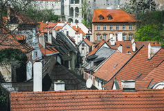 Tetti coperti di tegoli rossi L'architettura tradizionale dell'Europa centrale Fotografia Stock