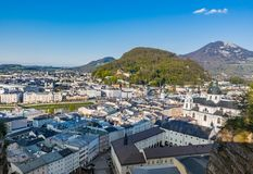 Tetti del villaggio di Salisburgo sul fondo delle colline Immagine Stock Libera da Diritti