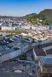 Tetti del villaggio di Salisburgo sul fondo delle colline Immagini Stock
