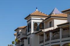 Tetti dell'appartamento di architettura tipica nei litorali della stazione termale immagini stock