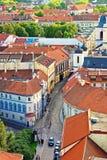 Tetti della via e chiesa di Spirito Santo alla vecchia città Vilnius Fotografia Stock