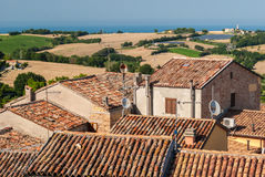 Tetti delle case antiche nella città di Mondolfo, vicino a Pesaro Marche, l'Italia Fotografia Stock