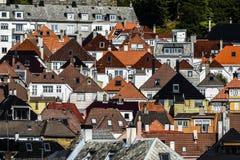 Tetti delle case dei colori e delle forme differenti a Bergen, Norvegia fotografia stock libera da diritti