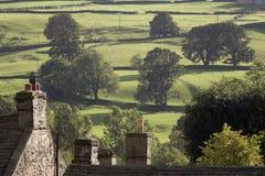 Tetti delle case e degli alberi sui campi in vallate Yorkshire Inghilterra di Yorkshire Fotografia Stock