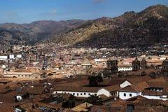Tetti delle mattonelle e colline rossi Cusco Peru South America fotografia stock