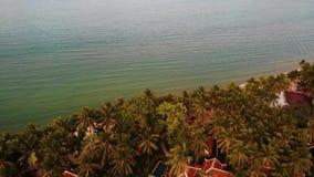 Tetti delle ville in mezzo delle palme Vista del fuco dei tetti tailandesi rossi di stile delle ville di lusso che si nascondono  stock footage