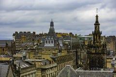 Tetti di Edimburgo sotto il cielo grigio nuvoloso fotografia stock