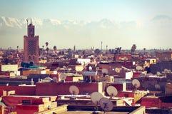 Tetti di Marrakesh e le montagne di atlante verso la fine del pomeriggio Fotografia Stock Libera da Diritti
