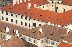 Tetti di mattonelle di Praga Immagini Stock