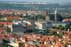 Tetti di mattonelle rosse di Praga Fotografia Stock