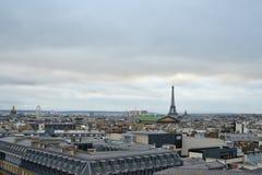 Tetti di Parigi cityscapes Torre Eiffel fotografia stock libera da diritti