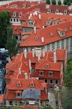 Tetti di vecchie case di Praga fotografia stock