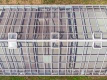 Tetti di vetro della serra con le finestre aperte Immagine Stock