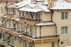Tetti e balconi nella neve in Pomorie, Bulgaria Fotografie Stock