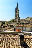 Tetti e campanile di Saint Emilion, Bordeaux, Francia della chiesa immagine stock