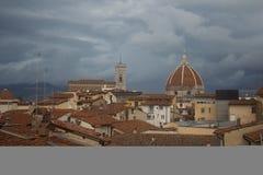Tetti e Florence Cathedral rossi su fondo tuscany L'Italia Fotografie Stock