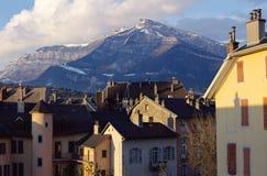 Tetti e montagna a Chambery, Savoia, Francia Fotografia Stock