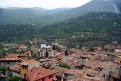Tetti e montagne Fotografie Stock